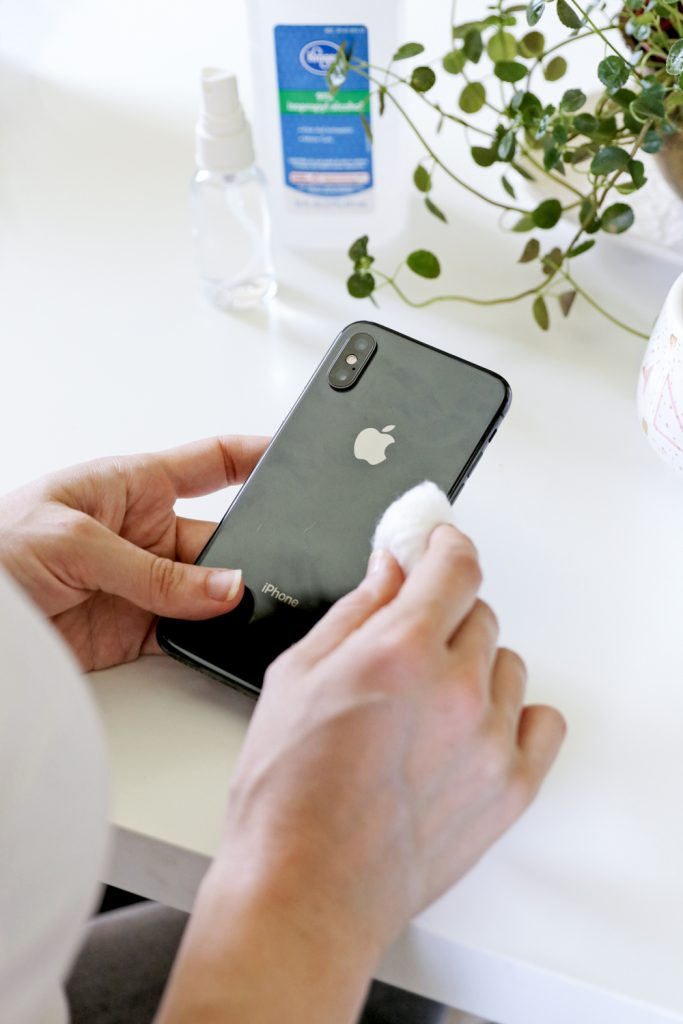 How to clean iphone