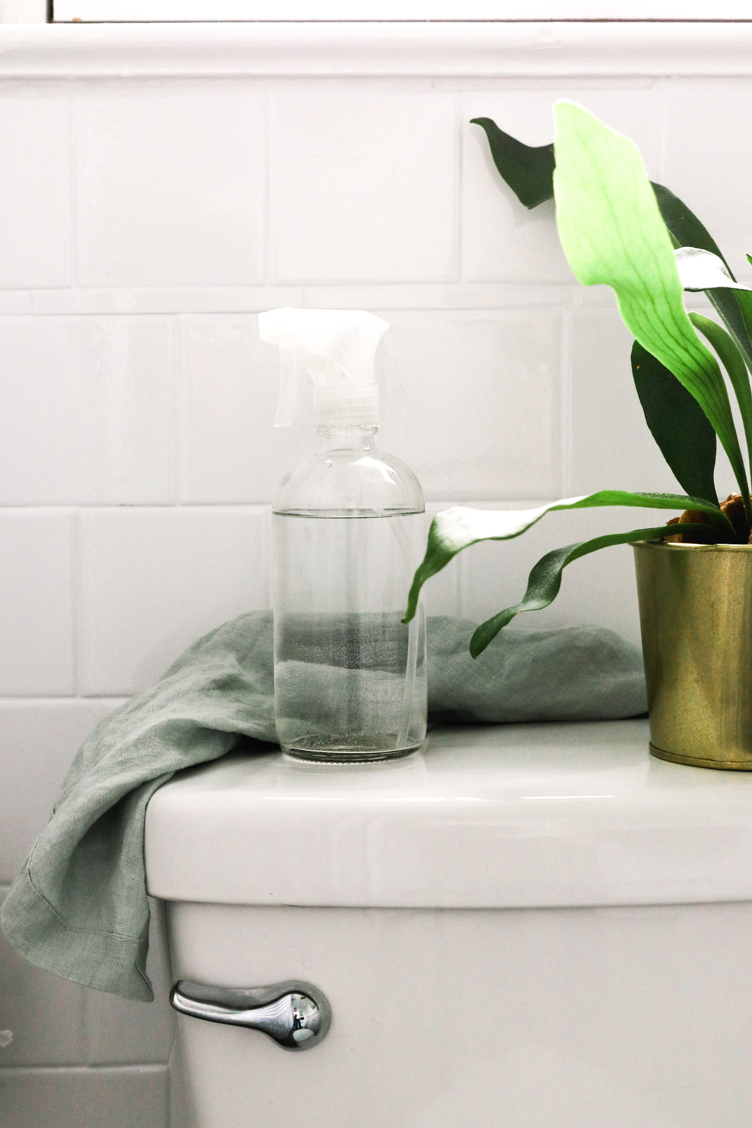 This DIY toilet cleaning spray is made with bacteria-fighting essential oils along with vinegar, Borax and castile soap to disinfect and deodorize. | HelloNest